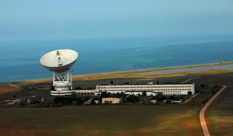 Антенна П2500 с диаметром зеркала 70м и техническое здание для размещения аппаратуры в г. Евпатории